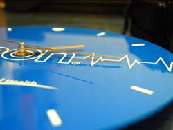 Вид сбоку часов с логотипом